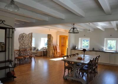 Prenova starejše hiše, kjer je investitor želel ohraniti dušo kmečkega življenja izpred stotih let. Nastal je prijeten ambient, ki nudi zavetje družinam iz vseh koncev sveta.