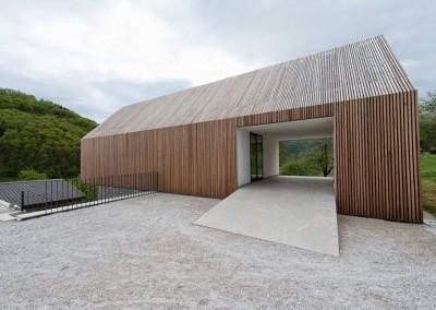 Montažni del, ki ga na zunaj zaznamujejo letve iz macesnovega lesa, leži na zidani kletni etaži, ki je v celoti obložena z lokalnim kamnom. Les je zaščiten z naravnimi zaščitnimi sredstvi in bo sčasoma pridobil kovinsko siv sijaj, ki ga lahko vidimo na tradicionalnih planinskih stanovih.