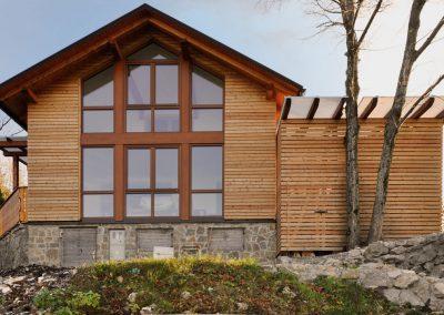 Adaptacija stanovanjske hiše v okolici Tolmina. V mirnem podeželskem okolju je nastal prijeten dom, obdan s toplino lesa iz okoliških gozdov, ki se pojavi tudi v interierju.