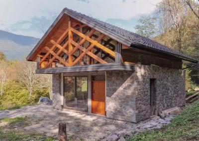 Izgradnja lope ob porečju Nadiže z uporabo tradicionalnih lokalnih materialov in arhitekturnih elementov.