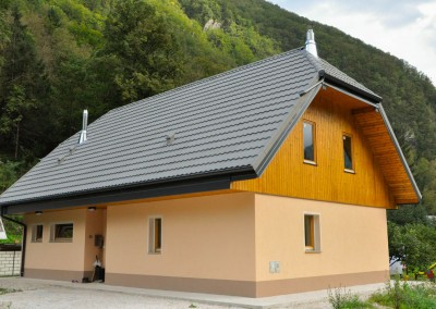 During the devastating earthquake that happened in the Bovec region, our client's house was so badly damaged that it could only be demolished and rebuilt from scratch. The ground floor is now made of brick, and a wooden structure has been erected on the first floor. The final look of this house is completely in line with the typical local architecture.